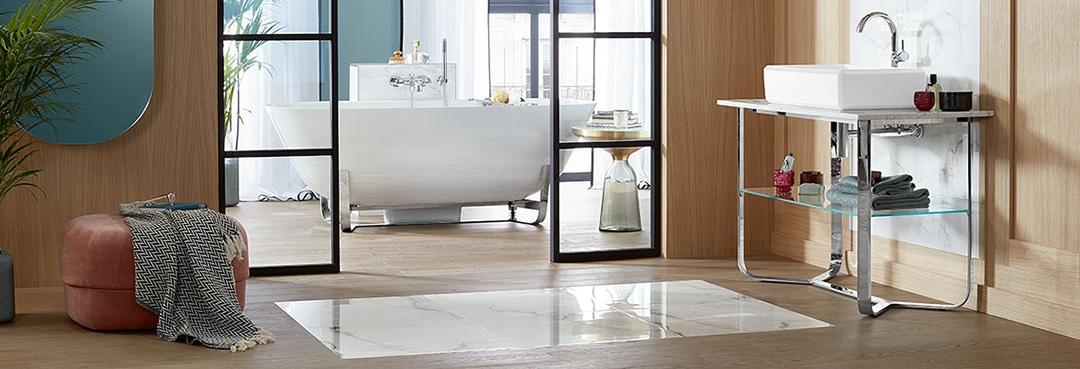 Vackert skålformat badkar med nätt underrede.