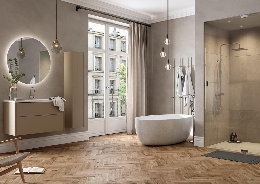 Stilrent badrum med badkar och stor dusch.