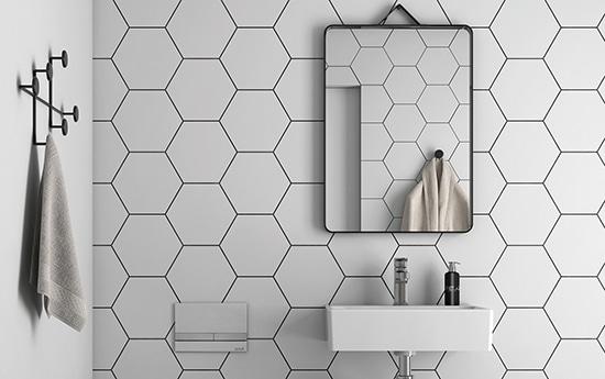 Vackert honeycombkaklad badrumsvägg.